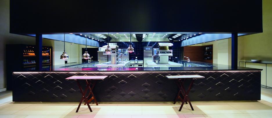 Une belle cuisine vision, avec un grand pass d'envoi, dessus granit. © PA Dillies